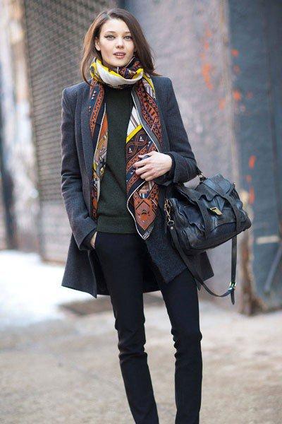 Цветной шарф разбавляет серый осенний образ
