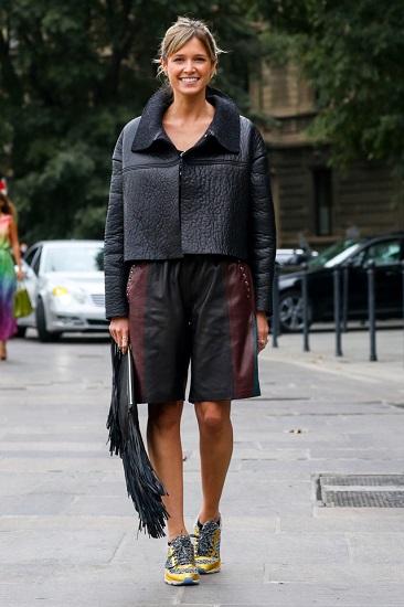 Хелена Бордон в кожаных шортах, короткой кожаной куртке и кроссовках