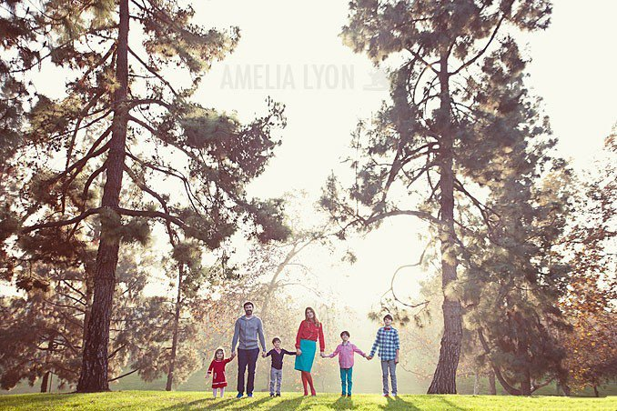 Идеи семейного фото. Амелия Лион - семья стоит между деревьев