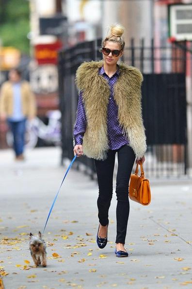 Jessica Hart в меховом жилете прогуливается со своей собачкой по улицам Нью-Йорка