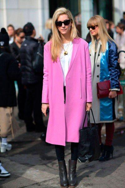 Joanna Hillman в обуви от Celine, сумкой от Alexander Wang и розовом пальто