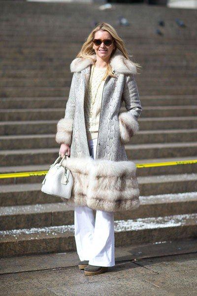 Joyann King в винтажном пальто и сумкой от Louis Vuitton