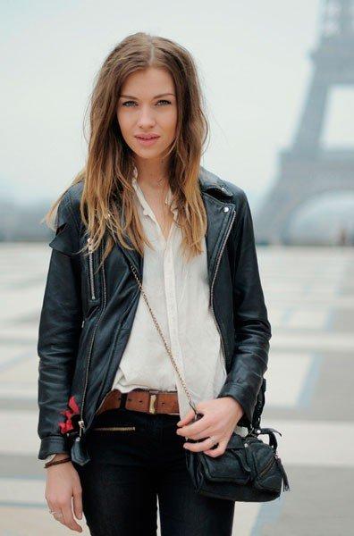 Как одеваются француженки - девушка в кожаной куртке возле Эйфелевой башни