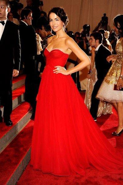 Камилла Белль в вечернем, красном платье со шлейфом