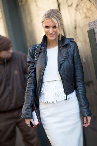 Kate Davidson Hudson, в белом, юбочном, костюме и черной, короткой, куртке