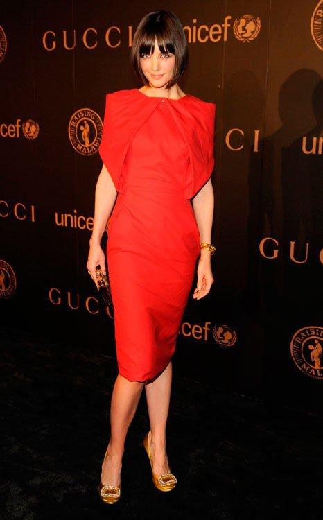 Кэти Холмс в красном платье миди и туфлях золотого цвета, браслет дополняет образ