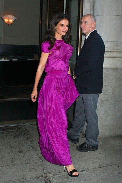 Кэти Холмс в вечернем, фиолетовом платье в пол и черных босоножках на шпильке