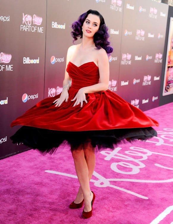 Кэти Перри в красном платье с широкой юбкой и красныз, замшевых туфлях