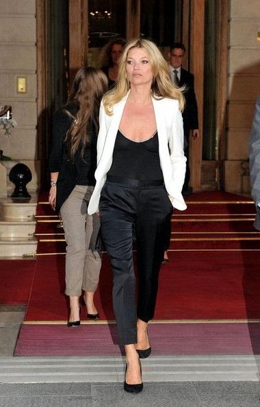 Кейт Мосс в атласных, черных брюках и черном топе с вырезом
