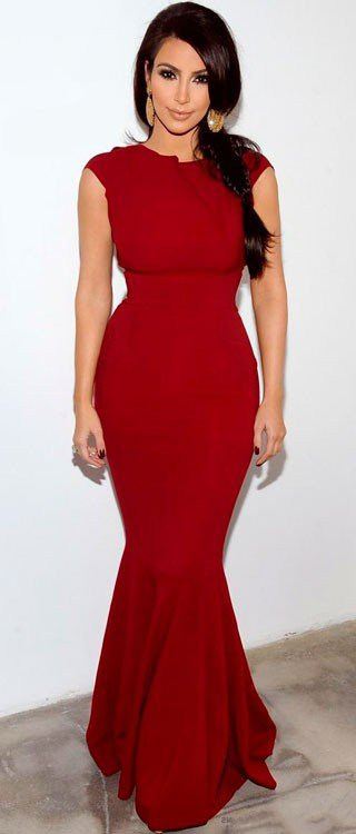 Ким Кардашян в длинном, обтягивающем, красном платье в пол