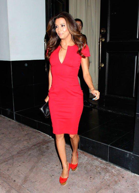 Ева Лонгория в красном платье и красных туфлях на высокой подошве