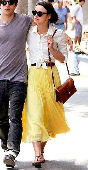 Кира Найтли в лимонной, расклешенной юбке миди и белой блузе
