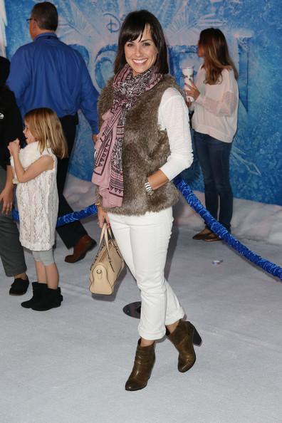 Констанс Зиммер в меховом жилете и белых джинсах на премьере мультфильма Холодное сердце