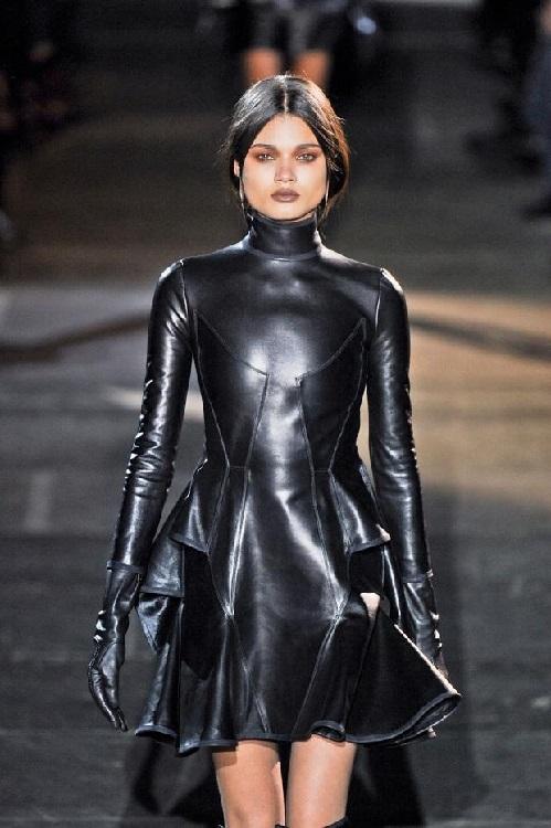 Леди-Вамп в черном, кожаном платье