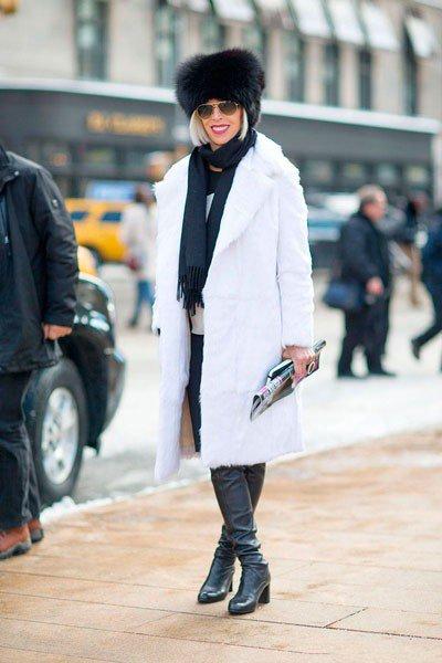 Linda Fargo в белом пальто