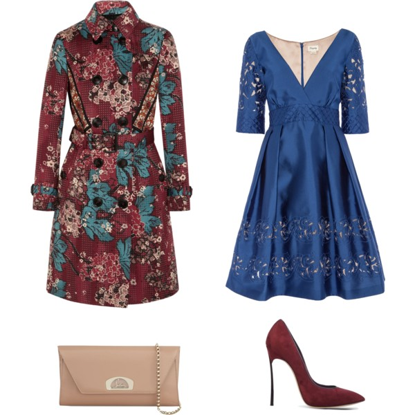 Лук с нарядным синим платьем с треугольным вырезом, бордовый плащ