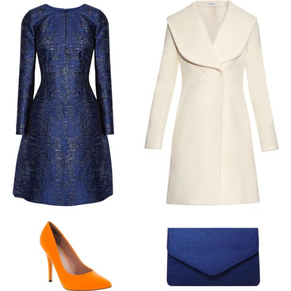 Лук с синим платьем с длинными рукавами и белое пальто