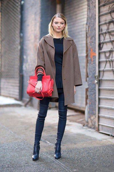 Martha Hunt, ботфорты и красная сумка, весьма оригинально