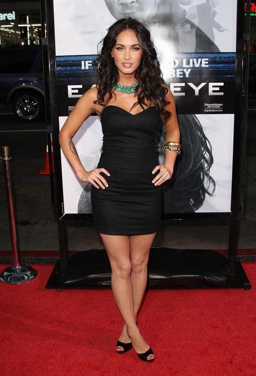 Меган Фокс в черном обтягивающем платье в стиле вамп