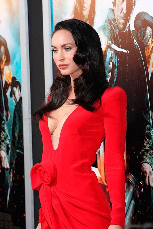 Меган Фокс в красном платье с вырезом в стиле вамп