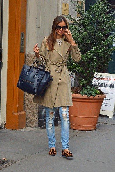 Миранда Керр в тренче цвета хаки, сумочкой Chloe и лоферах с леопардовым принтом, Нью-Йорк