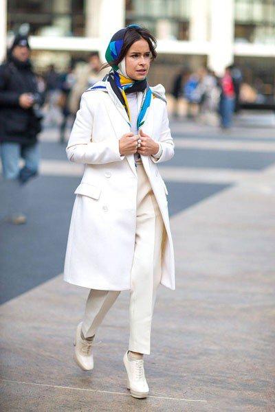 Miroslava Duma, цветной платок - это изюминка ее белого образа