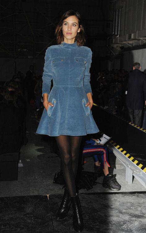 Алекса Чанг в Бархатном коротком синем платье под горло