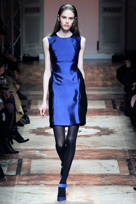Модель в атласном платье без рукавов