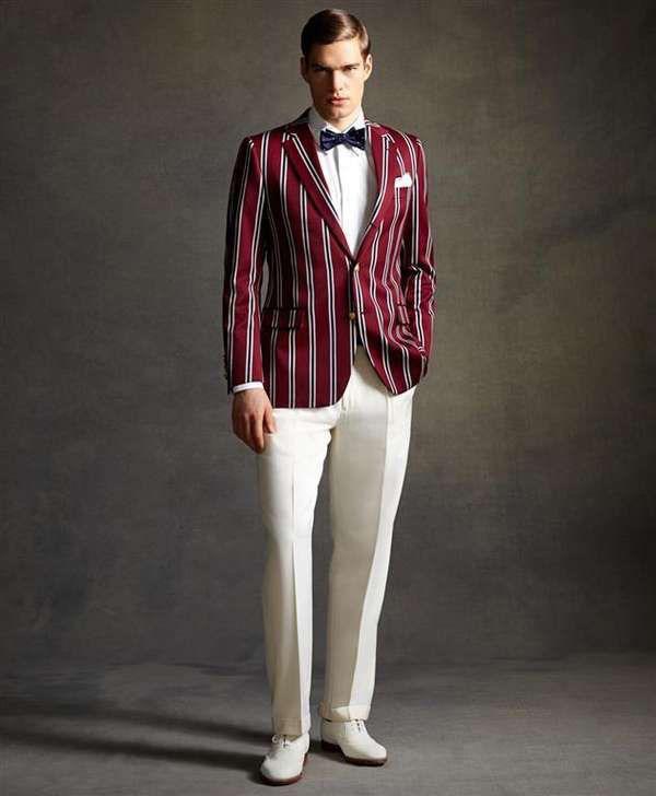 Модель в белых брюках со стрелками, белой рубахой, бордовом пиджаке в вертикальную полоску,бабочка