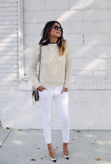 Модель в белых джинсах, бежевый свитер, туфли на ремешке и маленькая сумочка