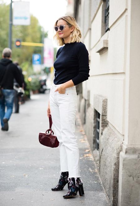 Модель в белых джинсах, черная водолазка, ботильоны