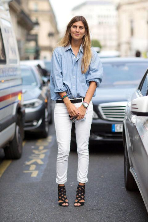 Модель в белых джинсах, голубая рубашка и черные босоножки