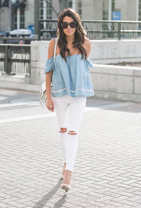 Модель в белых джинсах, голубой топ