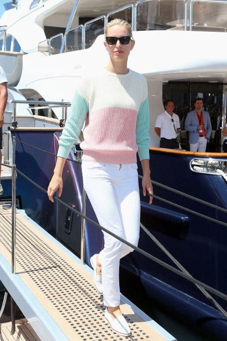 Модель в белых джинсах и светлый свитшот
