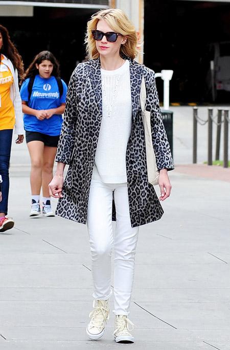 Модель в белых джинсах, кеды и леопардовое пальто