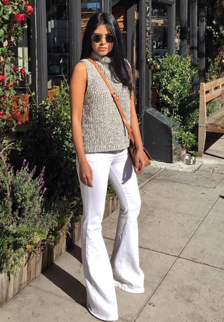 Модель в белых джинсах клеш