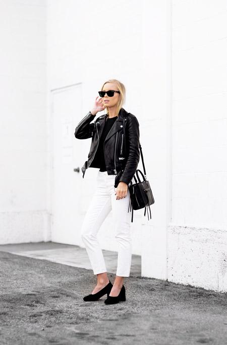 Модель в белых джинсах, куртка косуха, черные туфли и сумка