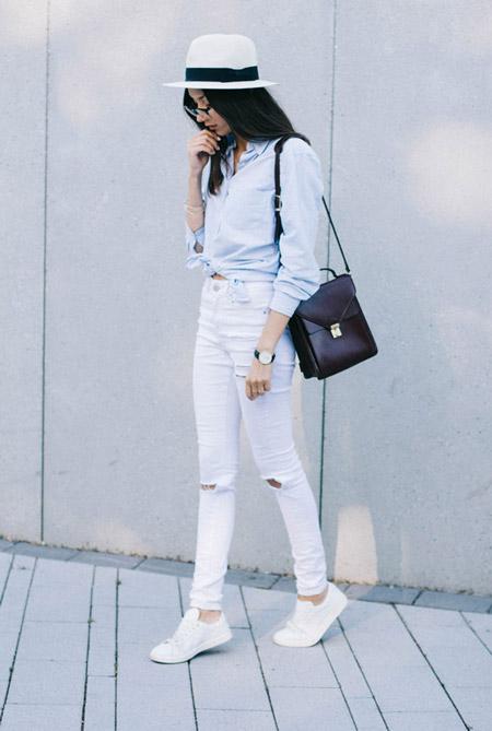 Модель в белых джинсах с завышенной талией, рубашка, белая шляпа