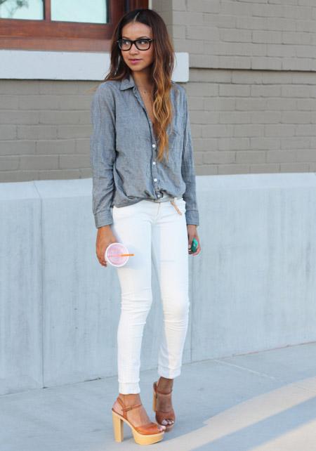 Модель в белых джинсах, серая рубашка и босоножки