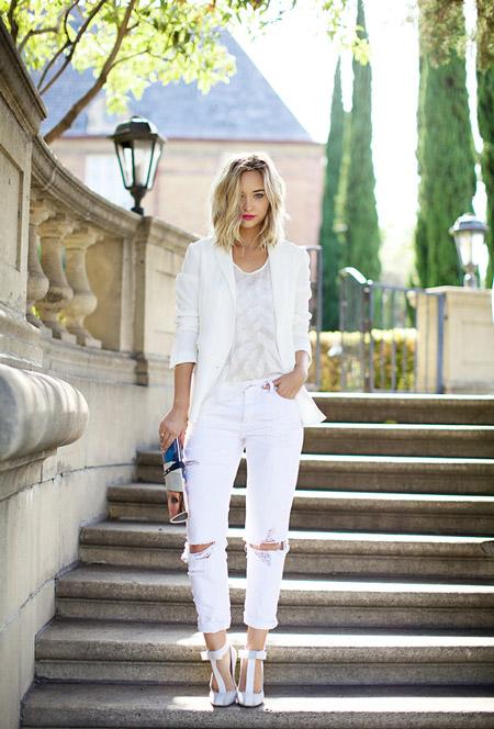 Модель в белых джинсах, топе и пиджаке