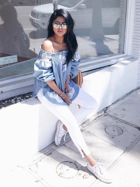Модель в белых капри, воздушная блуза и кеды