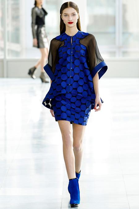 Модель в черно синем мини платье с узкой юбкой