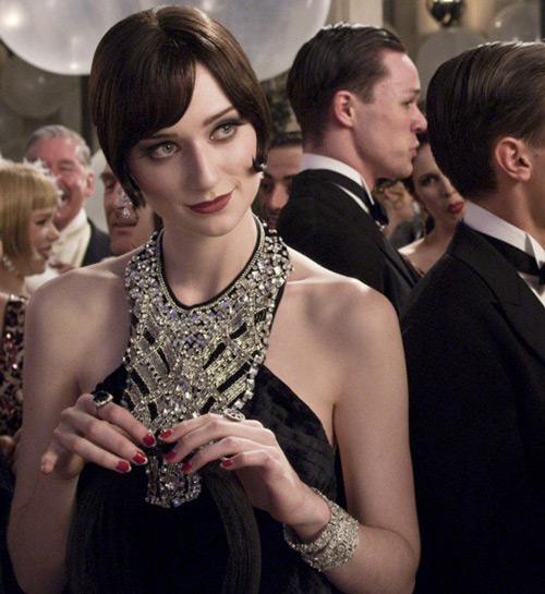 Модель в черном платье расшитое камнями и стразами в стиле гэтсби