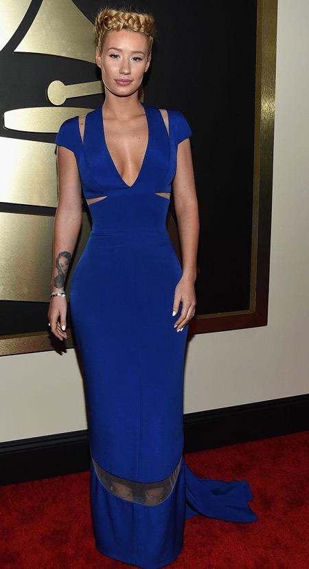 Модель в длинном платье синего цвета с короткими рукавами