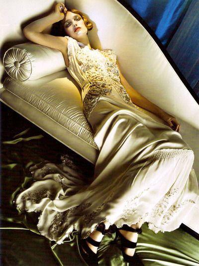 Модель в длинном струящемся платье в стиле Гэтсби