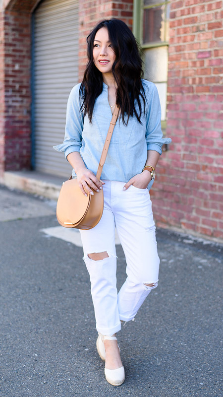 Модель в джинсах, голубая блуза и босоножки