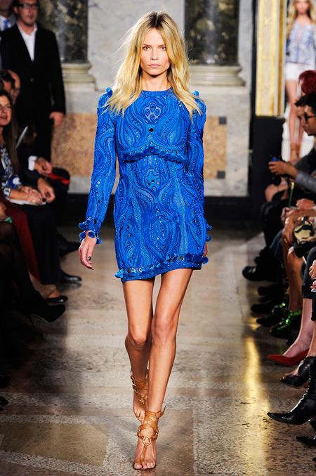 Модель в коротком платье с принтом и длинными рукавами
