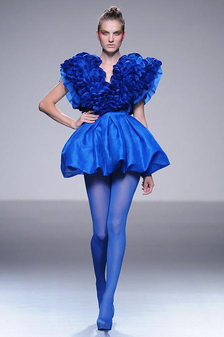 Модель в коротком пышном платье