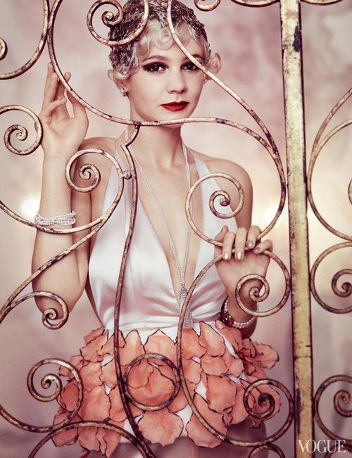 Модель в нежном белом платье с глубоким вырезом в стиле гэтсби