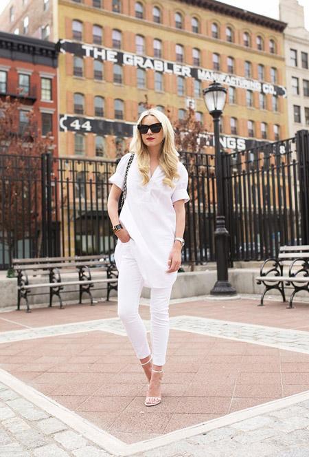 Модель в облегающих джинсах, легкая туника и белые босоножки